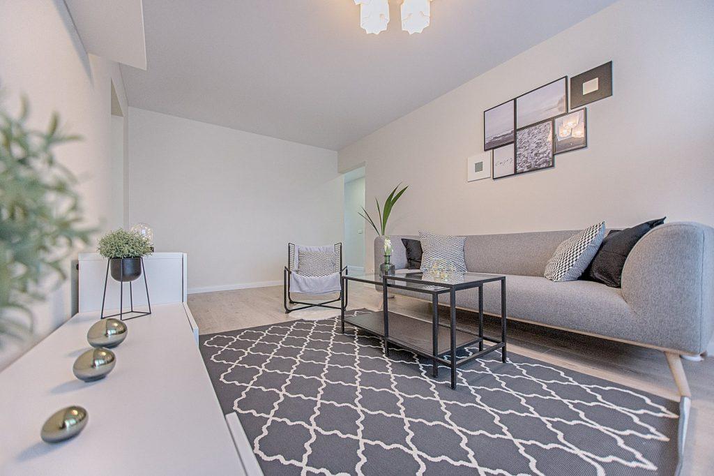 Woonkamer met lichte muren en meubels